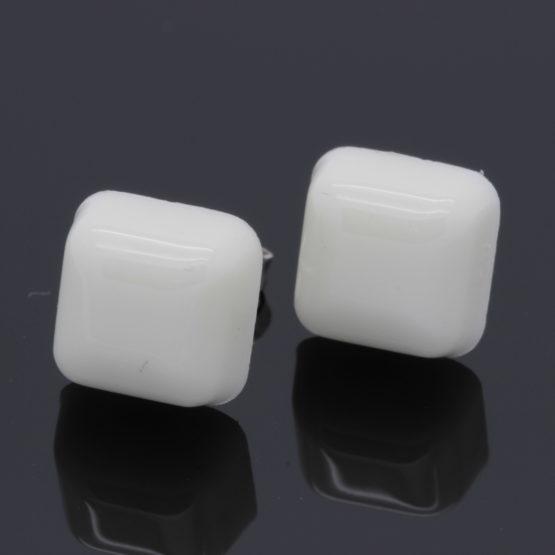 Brincos quadrados pequenos em resina