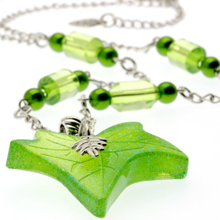 Colar com pendente folha verde