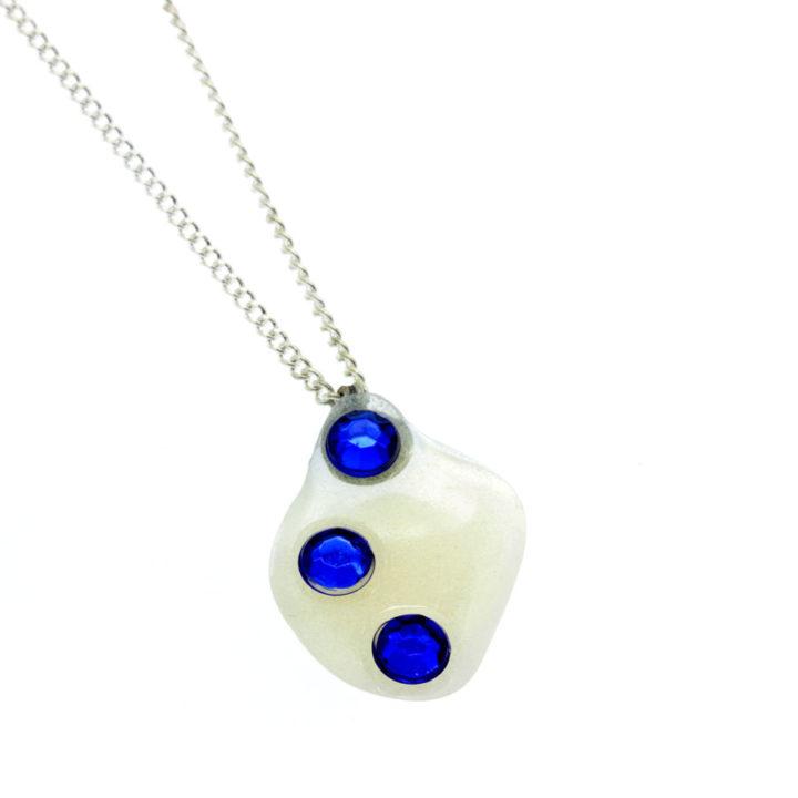 Colar fino com pendente pérola e brilhantes azuis