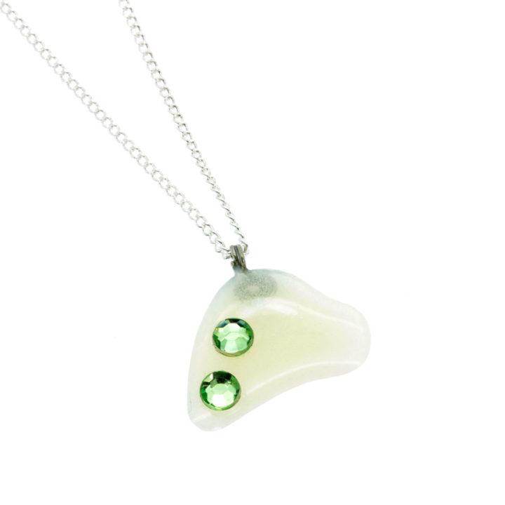 Colar fino com pendente pérola e brilhantes verde
