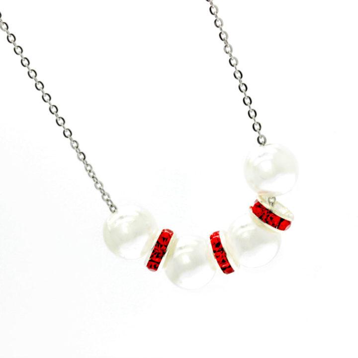 Colar com centro branco e vermelho brilhante