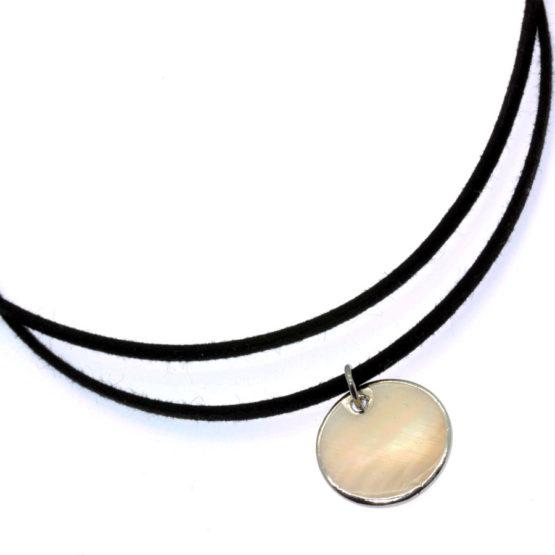 Chocker de camurça com pendente madrepérola