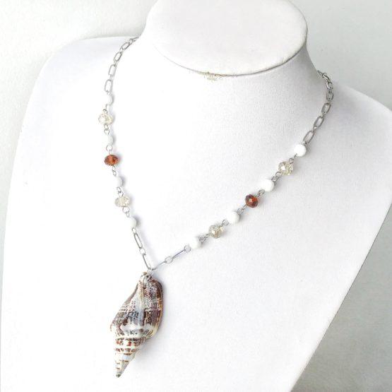 Colar búzio e cristais brancos e castanhos